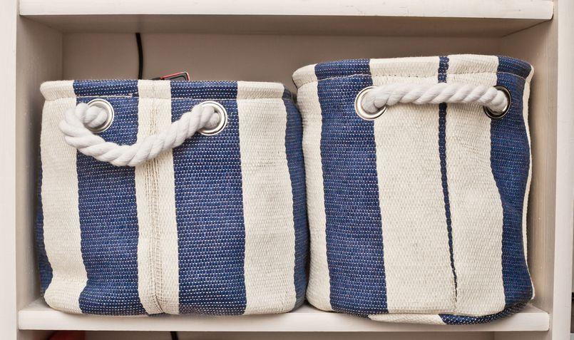 Kosmetyki, ręczniki i środki czystości. Jak przechowywać w łazience?