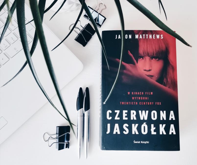 Czarno-biały świat pełen kolorów, czyli recenzja książki CZERWONA JASKÓŁKA.