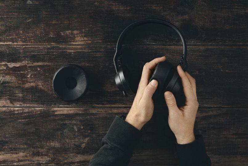 Nauszne słuchawki bezprzewodowe – co warto wiedzieć?